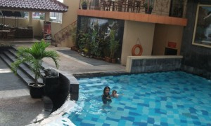 Kiara and her mother in hotel's swimming pool